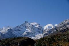 Touristenattraktion: Trekking in den Schweizer Alpen auf Bernina Hospitz lizenzfreies stockbild