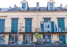 Touristenattraktionen von New Orleans Malerische alte Villa auf Bourbon-Straße Lizenzfreie Stockfotos