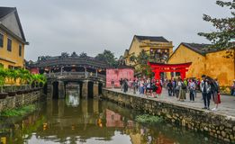 Touristenbesuch Brücken-Pagode Chua Cau lizenzfreie stockfotografie