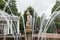 Touristenbesuch Brunnen ` Eve-` im Garten des unteren Parks Peterhof, St Petersburg, Russland Stockfotografie