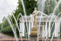 Touristenbesuch Brunnen ` Eve-` im Garten des unteren Parks Peterhof, St Petersburg, Russland Lizenzfreie Stockfotos