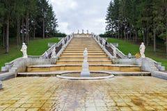 Touristenbesuch Kaskaden-Brunnen ` Gold-Berg-` und eine Skulptur der Flora Peterhof, St Petersburg, Russland Stockbild