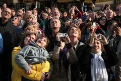 Touristenblick auf die astronomische Uhr Prags Stockfotografie