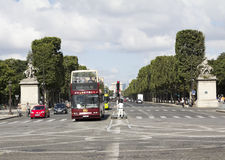 Touristenbus in der Pariser Straße Stockfoto