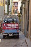 Touristenbus durch eine Gasse Lizenzfreie Stockfotografie