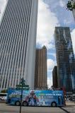 Touristenbus in einer modernen Stadt Stockbild