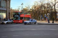 Touristenbus und Polizeiwagen auf einem Hintergrund Alexander Gardens Lizenzfreie Stockfotografie