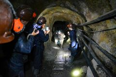 Touristenfilmbergmänner innerhalb Bergwerkes Cerros Rico herein lizenzfreies stockbild