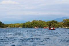 Touristenflösse entlang dem Gebirgsfluss lizenzfreies stockfoto