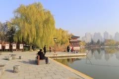Touristenfreizeit und -fischen auf dem Ufer in datang furong arbeiten im Winter, luftgetrockneter Ziegelstein rgb im Garten Lizenzfreie Stockfotografie