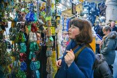 Touristenkauf bördelt von Murano-Gläsern in Florenz Lizenzfreie Stockfotos