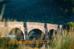 Touristenlieblingsplatz in Schottland - Insel von Skye Sehr berühmtes Schloss in Schottland nannte Schloss Eilean Donan Grünes na stockfotografie