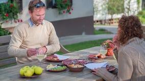 Touristenpaare, die selbst gemachte Fleisch delicates schmecken stock footage