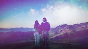 Touristenphotographie Paare, die auf einem Berg übersieht t stehen Stockbild