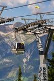 Touristenreise in der Drahtseilbahn zu Fahrrad und zu Ski Planai Flächen am 15. August 2017 in Schladming, Österreich Stockbild