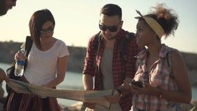 Touristenreisende, die Karte aufpassen stock footage