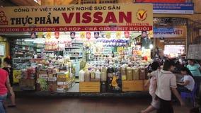 Touristenshop bei Ben Thanh Market stock video