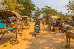TouristenwarteWarenkorbtransport bei Innwa Stockfotografie