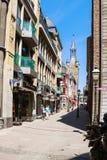 Touristenweg auf Kramerstrasse-Straße in Aachen Stockbild