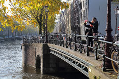 Touristes à Amsterdam en automne Photos stock