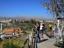 Touristes à Arequipa, Pérou photographie stock libre de droits
