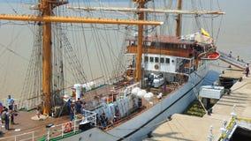 Touristes à bord du bateau de formation Guayas le long du Malecon 2000 dans la ville de Guayaquil Images libres de droits