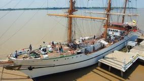 Touristes à bord du bateau de formation Guayas le long du Malecon 2000 dans la ville de Guayaquil Photographie stock