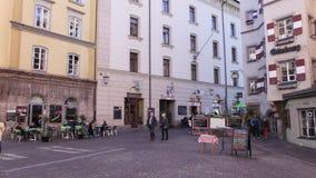 Touristes à Innsbruck' ; vieille ville de s banque de vidéos