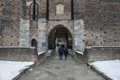 Touristes à l'entrée médiévale de porte à Castello Sforzesco à Milan, Lombardie, Italie pendant l'hiver photographie stock