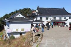 Touristes à l'hôtel blanc d'oie, montagnes de jaune de Huangshan Images stock