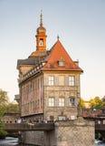 Touristes à l'hôtel de ville historique de Bamberg Images stock