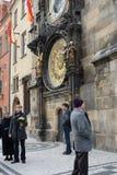 Touristes à l'horloge astronomique sur le vieil hôtel de ville Photographie stock libre de droits