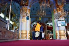 Touristes à l'intérieur du mausolée coloré photos stock