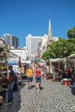 Touristes à la place de Greenmarket à Cape Town Photographie stock libre de droits