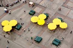 Touristes à la place principale de Cracovie Images libres de droits