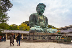 Touristes à la statue du grand Bouddha de Kamakura, Japon Photos stock