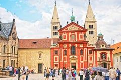 Touristes à St George Basilica de château de Prague image libre de droits