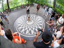 Touristes à Strawberry Fields dans le Central Park à New York image libre de droits
