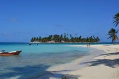 Touristes à une plage d'archipel de San Blas, ¡ de Panamà image libre de droits