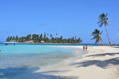 Touristes à une plage d'archipel de San Blas, ¡ de Panamà image stock