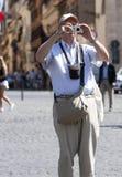 Touristes âgés prenant une photo avec l'appareil photo numérique Photo libre de droits