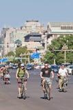 Touristes étrangers ayant l'amusement sur un vélo, Pékin, Chine Photo stock