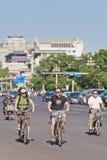 Touristes étrangers ayant l'amusement sur un vélo, Pékin, Chine Photographie stock