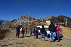 Touristes étrangers et guides bhuthanese locaux au passage de chelela, Bhutan photo stock
