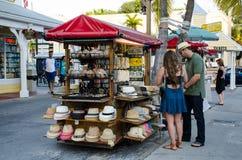 Touristes achetant des chapeaux Images libres de droits
