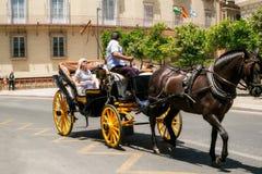 Touristes allant sur une promenade avec un chariot Images libres de droits