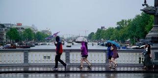 Touristes anglais sur le pont au centre d'Amsterdam Photo libre de droits