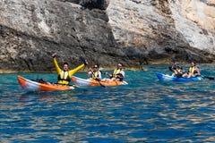 Touristes appréciant l'eau claire dans leurs canoës chez Zakynthos i photos stock