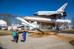 Touristes appréciant un jour de ciel bleu chez Marshall Space Flight Center en Alabama, Etats-Unis Image stock