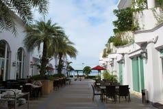 Touristes asiatiques prenant le petit déjeuner à l'espace restauration de l'hôtel à quatre étoiles moderne de plage de D Varee Jo Image libre de droits